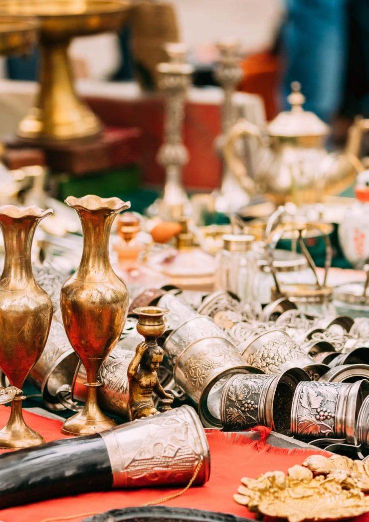 tbilisi-georgia-shop-flea-market-of-antiques-old-r-PXM5XDP.jpg